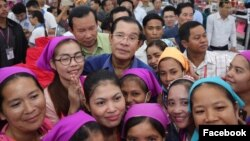 លោកនាយករដ្ឋមន្រ្តីហ៊ុន សែន ចុះជួបកម្មកររោងចក្រ កាលពីថ្ងៃពុធ ទី៣០ ខែកក្កដា ឆ្នាំ២០១៧។ (រូបថតពីហ្វេសប៊ុក Samdech Hun Sen, Cambodian Prime Minister)