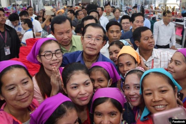 រូបឯកសារ៖ លោកនាយករដ្ឋមន្រ្តី ហ៊ុន សែន ចុះជួបកម្មកររោងចក្រ កាលពីថ្ងៃពុធ ទី៣០ ខែកក្កដា ឆ្នាំ២០១៧។ (រូបថតពីហ្វេសប៊ុក Samdech Hun Sen, Cambodian Prime Minister)