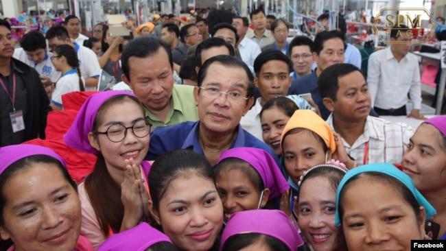 រូបឯកសារ៖ លោកនាយករដ្ឋមន្រ្តីហ៊ុន សែន ចុះជួបកម្មកររោងចក្រ កាលពីថ្ងៃពុធ ទី៣០ ខែកក្កដា ឆ្នាំ២០១៧។ (រូបថតពីហ្វេសប៊ុក Samdech Hun Sen, Cambodian Prime Minister)