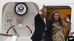 ທ່ານ Joe Biden ແລະລູກສາວນາງ Ashley Biden ໂບກມືໃສ່ຜູ້ຄົນໄປຕ້ອນຮັບ ເວລາເດີນທາງໄປຮອດ ສະໜາມບິນລະຫວ່າງຊາດກຸງປັກກິງ ວັນທີ 17 ສິງຫາ 2011