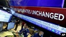 Layar televisi di New York Stock Exchange menunjukkan tingkat suku bunga bank sentral AS tidak berubah 27 Januari lalu (foto: dok). Bank sentral AS akan kembali mempertahankan tingkat suku bunga acuan.