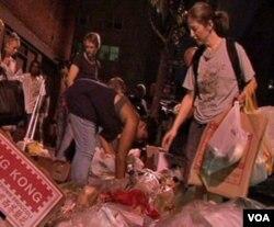 Janet, pengelola 'Dumpster Diving,' mencari makanan yang masih bisa diselamatkan dari tumpukan sampah.