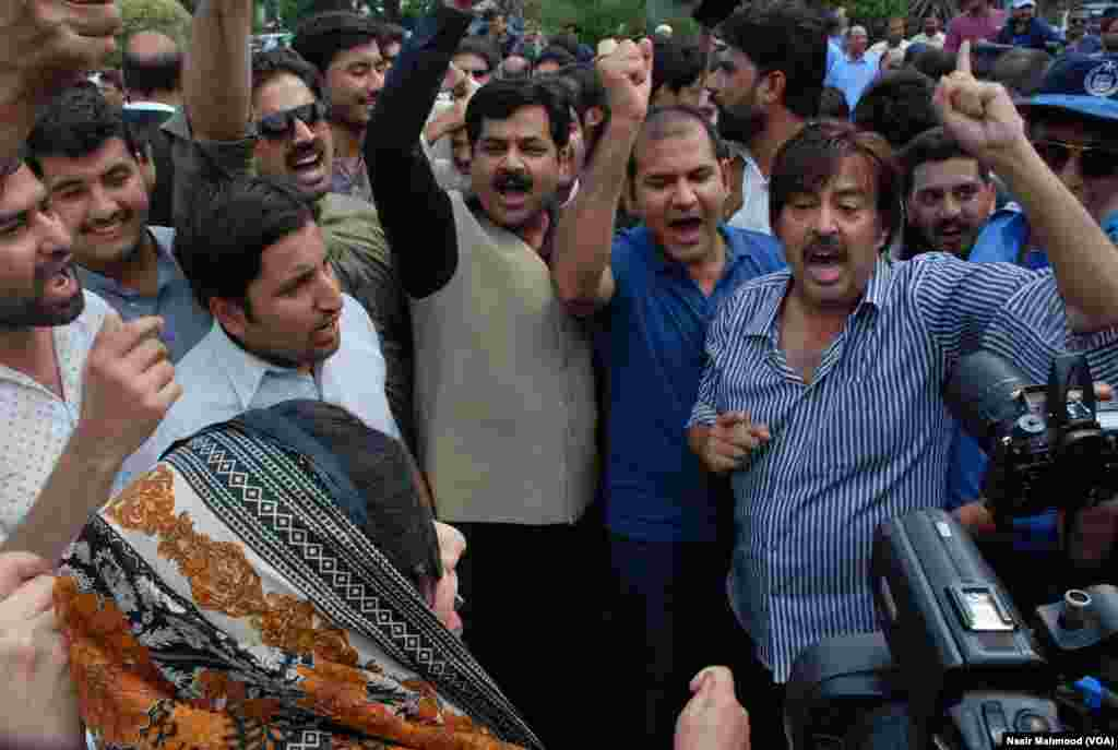 پاکستان تحریک انصاف کے حامیوں کی طرف سے وزیراعظم کے خلاف شدید نعرے بازی کی گئی