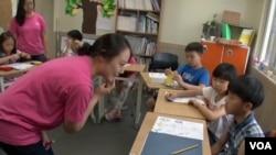 한국의 탈북자 지원단체인 '두리하나 선교회'가 중국에서 태어난 탈북 2세 어린이들의 한국 정착을 돕고있다. 두리하나가 서울에서 운영하는 국제학교에서 탈북 2세 어린이들이 미국에서 온 한인 자원봉사 학생들로부터 영어를 배우고 있다.