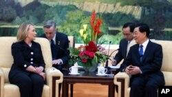 Ngoại trưởng Hoa Kỳ Hillary Rodham Clinton gặp Chủ tịch Trung Quốc Hồ Cẩm Ðào tại Sảnh đường Nhân dân ở Bắc Kinh, ngày 5/9/2012