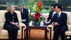 Ngoại trưởng Mỹ Hillary Clinton nói chuyện với Chủ tịch Trung Quốc Hồ Cẩm Đào tại Đại lễ đường Nhân dân ở Bắc Kinh, 5/9/2012