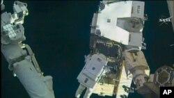 Американский астронавт Пегги Уитсон во време одного из ее выходов в открытый космос. Фото НАСА