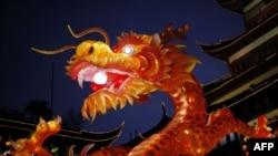 Новогодний фонарь-дракон в одном из парков Шанхая.