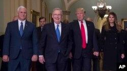 지난달 대선 직후 워싱턴 의사당에서 회동한 도널드 트럼프(오른쪽 두번째) 미 대통령 당선인과 미치 맥코넬(세번째) 공화당 상원 원내대표, 마이크 펜스(왼쪽) 부통령 당선인.