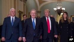 Le président élu, Donald Trump, son épouse Melania, le vice-président élu Mike Pence et le leader de la majorité au Sénat, Mitch McConnell, de Ky., Se promènent au Capitole à Washington, 10 novembre 2016.