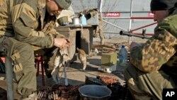 Сепаратисты занимаются чисткой оружия в окрестностях г. Дебальцево, Украина. Весна 2015 года.