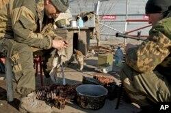 2015年3月9日俄罗斯支持的叛军在德巴尔切夫维护武器