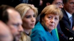 La canciller alemana Angela Merkel se sienta junto a Ivanka Trump durante una reunión con el presidente Donald Trump en la Casa Blanca en Washington, el viernes 17 de marzo de 2017.