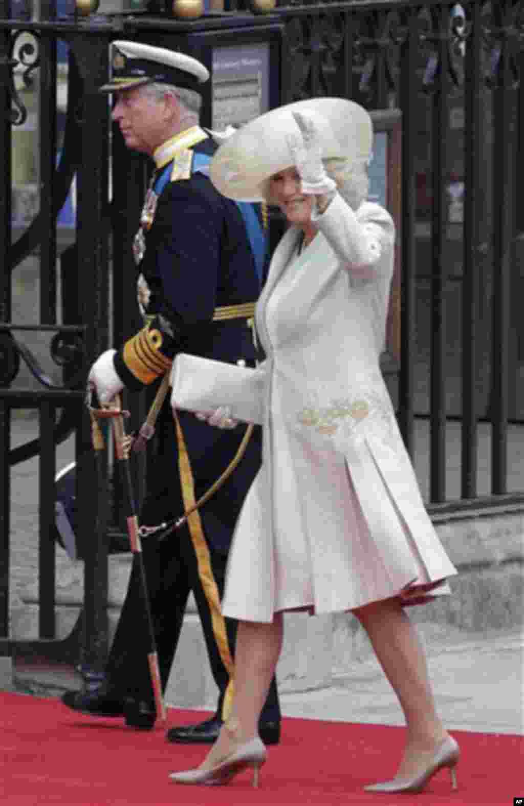 Британскиот принц Чарлс и сопругата Камила пристигнуваат на венчавката. (AP Photo/Gero Breloer)