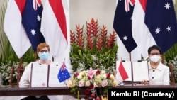 Menlu Australia Marise Payne dan Menlu RI Retno Marsudi (kanan) seusai penandatanganan nota kesepakatan (MOU) pakta pertahanan di kantor Kemenlu RI di Jakarta, 9 September 2021. (Kemlu RI)