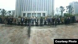 几十位维权律师在江苏省靖江市法院外抗议拘留王全章(网络图片/刘卫国推特)