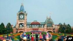 Perayaan pembukaan kembali Taman hiburan Disneyland di Shanghai, China, 11 Mei 2020. (AP Photo/Sam McNeil)