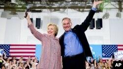 Senator Tim Keyn (o'ngda) prezidentlik uchun demokratlar nomzodi Hillari Klinton bilan, 14-iyul, 2016-yil.