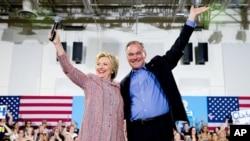 2016年7月14日,民主党总统候选人希拉里·克林顿和凯恩参议员在维吉尼亚安南戴尔共同参加一个竞选集会。