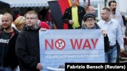 Almanya'nın Riesa kentinde mülteci karşıtı gösteri düzenleyen NPD yandaşları