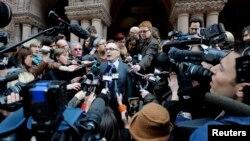 John Norris (nan mitan), avoka youn nan sispèk yo, Raed Jaser, ap pale ak laprès aprè kliyan n nan te fin fè yon parèt tou kout nan yon tribinal nan Toronto (23 avril avril 2013).