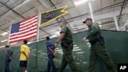 Un grupo de 10 migrantes cruzó el lunes la frontera para solicitar asilo en EE.UU. y ahora tendrán que esperar en Nuevo Laredo, México mientras sus peticiones son procesadas.