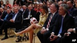 지난달 16일 핀란드 헬싱키에서 열린 미-러 정상회담 후 공동 기자회견에서 멜라니아 여사가 도널드 트럼프 미국 대통령이 블라디미르 푸틴 러시아 대통령에게 선물 받은 공을 넘겨 받은 후 환하게 웃고 있는 가운데, 그 옆으로 세르게이 라브로프 러시아 외무장관(멜라니아 여사 왼쪽)과 마이크 폼페오 미국 국무장관(멜라니아 여사 오른쪽)이 보인다.