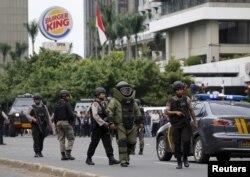 Polisi penjinak bom dari Gegana berjalan di lokasi ledakan bom di kawasan Thamrin, Jakarta yang menewaskan enam orang pada 14 Januari 2016, di Jakarta. (Foto:Reuters)