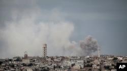 Imyotsi inyuma y'aho bombe zitewe na kajugujugu ku birindiro vy'abasirikare ba reta ya Siriya, Idlib, Siriya itariki 19/09/2013.