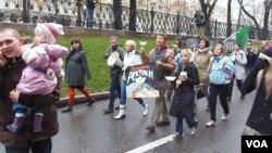 俄環保人士在10月27日的莫斯科要求釋放政治犯的反政府遊行中。他們反對開發北極油氣資源,主張捍衛北極不受污染(美國之音白樺拍攝)