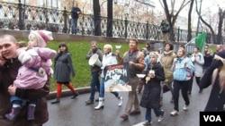 俄环保人士在10月27日的莫斯科要求释放政治犯的反政府游行中。他们反对开发北极油气资源,主张捍卫北极不受污染,并呼吁释放参加类似抗议活动而被捕的绿色和平组织成员。(美国之音白桦拍摄)