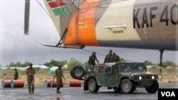 Militer Kenya menyiapkan pasokan bahan bakar di lapangan udara Garrisa di dekat perbatasan Kenya-Somalia (18/10).
