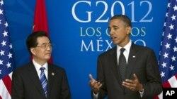 지난 6월 멕시코에서 열린 G20 정상회담에서 담소 중인 후진타오 중국 국가주석(왼쪽)과 바락 오바마 미국 대통령. (자료사진)