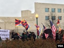 """3月10日上午,藏人在中国驻美大使馆外举行和平集会,纪念西藏""""抗暴日""""58周年"""