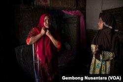 Rasminah, korban kawin anak asal Indramayu, Jawa Barat, yang menggugat revisi UU Perkawinan ke Mahkamah Konstitusi. (Foto: VOA/Gembong Nusantara)