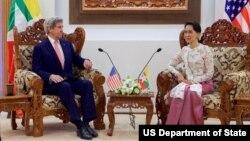 Ngoại trưởng Hoa Kỳ John Kerry và Bộ trưởng Ngoại giao Myanmar Aung San Suu Kyi tại Naypyitaw, ngày 22/5/2016.