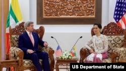 លោករដ្ឋមន្រ្តីការបរទេសសហរដ្ឋអាមេរិក John Kerry ជួបជាមួយរដ្ឋមន្ត្រីការបរទេសប្រទេសមីយ៉ាន់ម៉ា អ្នកស្រី អោង សានស៊ូជី នៅថ្ងៃទី ២២ ខែឧសភា ឆ្នាំ២០១៦