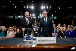 Senato Adalet Komisyonu'nun Cumhuriyetçi Partili başkanı Senatör Chuck Grassley (solda), komisyona ifade vermeye gelen federal mahkeme yargıcı Brett Kavanaugh'la birlikte