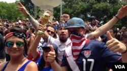 طرفداران تیم ملی فوتبال ایالات متحده که در میدان «دوپونت» شهر واشنگتن برای تماشای بازی آمریکا و آلمان جمع شدند - ۵ تیر ۱۳۹۳