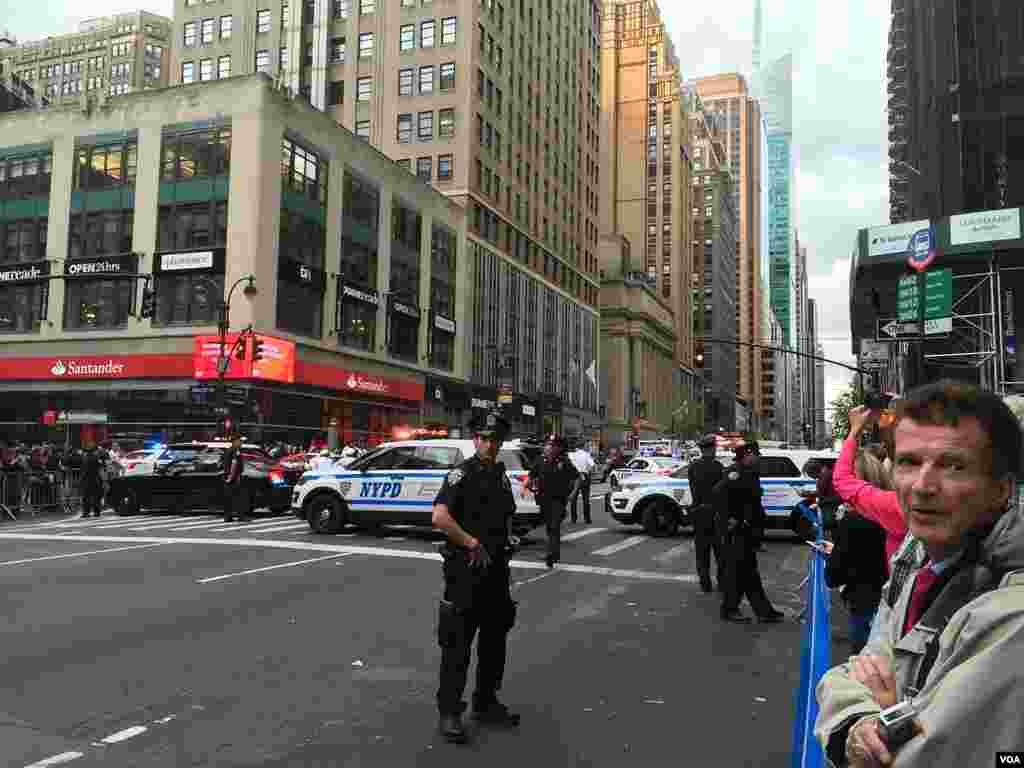 ماموران و خودروهای پلیس نیز خیابان ها را به روی عابران پیاده و دیگر خودروها محدود کرده بودند.