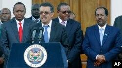 27일 케냐 수도 나이로비에서 아프리카 정상들이 남수단 평화회담 개최 방안을 논의했다. 테드로스 아드하놈 에티오피아 외무장관(가운데)이 우후루 케냐타 케냐 대통령과 하일레마리암 데살렌 에티오피아 총리, 하산 세이크 모하무드 소말리아 대통령(뒷줄 왼쪽부터)이 지켜보는 가운데 회담 결과를 설명하고 있다.