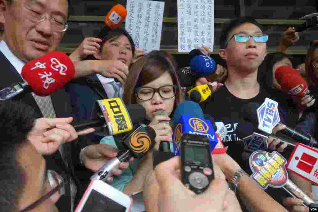 """太阳花学运学生领袖黄郁芬在台北地方法院门口宣读""""为民主不服从""""声明(美国之音张佩芝拍摄)"""