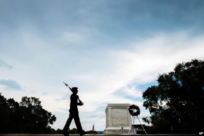 La Tumba del Soldado Desconocido en el Cementerio Nacional de Arlington, Virginia, es visitada por millones de persoans cada año.