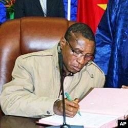 Guinean junta chief Captain Camara signs pact on 15 Jan 2010 in Ouagadougou during a meeting with interim junta chief General Sekouba Konate and Burkina Faso President Blaise Compaore