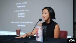 일본군 위안부 피해자들의 이야기를 다룬 다큐멘터리 영화 '사과'의 티파니 흉 감독이 미국 워싱턴에서 열린 시사회에서 영화에 대해 설명하고 있다.