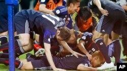 일본 국가대표 축구팀이 4일 호주와의 월드컵 최종 예선 경기에서 비기면서 본선진출을 확정한 가운데, 선수들이 기쁨을 나누고 있다.