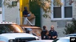 美國聯邦調查人員在瑪麗安.凱利的公寓搜查證物。