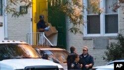 미국 연방 수사요원들이 4일 코네티컷주 스탬포드에서, 하루 전 의사당 주변에서 경찰의 총에 맞아 숨진 여성의 집을 조사하고 있다.