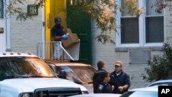 Polisi AS mengangkut barang-barang bukti dari apartemen di Stamford, Connecticut Jumat (4/10), yang ditinggali oleh Miriam Carey, perempuan yang ditembak tewas dekat gedung Kongres AS.