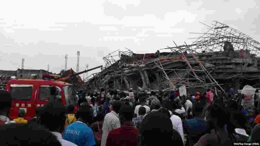 Un immeuble de cinq étages en construction s'est écroulé à Kinshasa, 26 octobre 2016 (VOA/Top Congo)